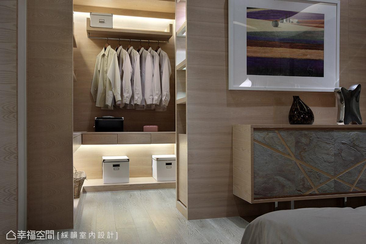 主臥更衣室強調實用機能,綵韻設計貼心規劃各種形式的收納空間,讓屋主可以有效率的整理各式衣物用品。