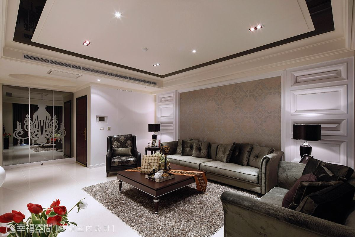 客廳沙發背牆以對稱手法表現,典雅的圖騰壁紙搭配俐落的造型線板,採大跨距的銜接展現大器古典氣息。