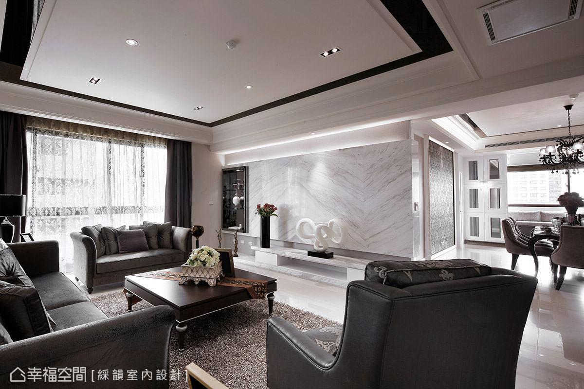 以白色系大理石材作為電視主牆,提升整體空間質感,其特殊的對花紋理,優雅地在場域內舞動唯美身姿。