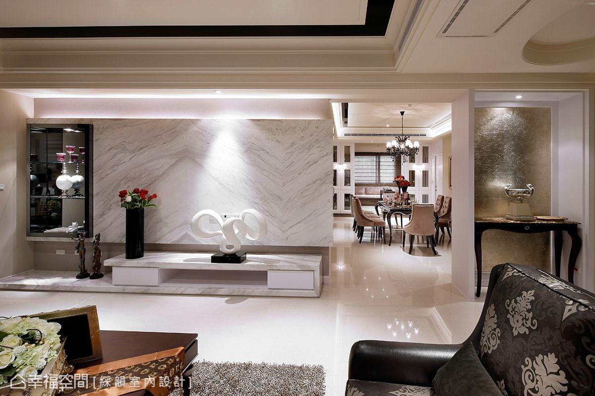 於電視牆面一側規劃展示區域,黑與白的對比搭配燈光的投射,創造時尚精品質感。