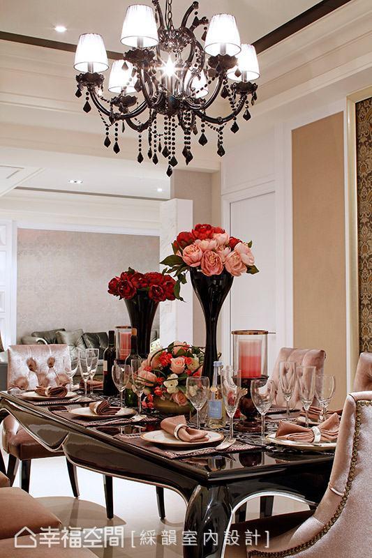 精緻華麗的水晶吊燈加以點綴,讓用餐氛圍更添浪漫情調。