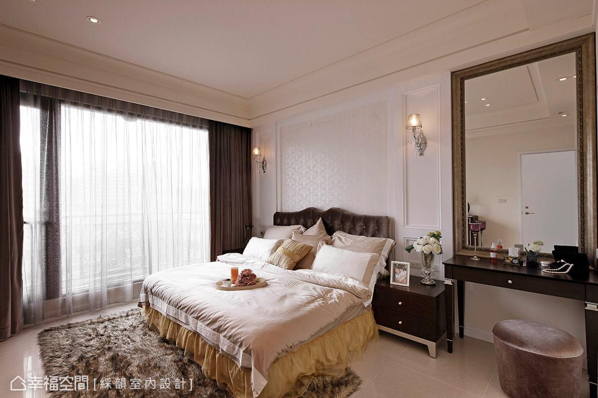 同樣在古典風格的基調下,改以柔和的色調鋪陳主臥空間,甜美氣息蔓延一室。