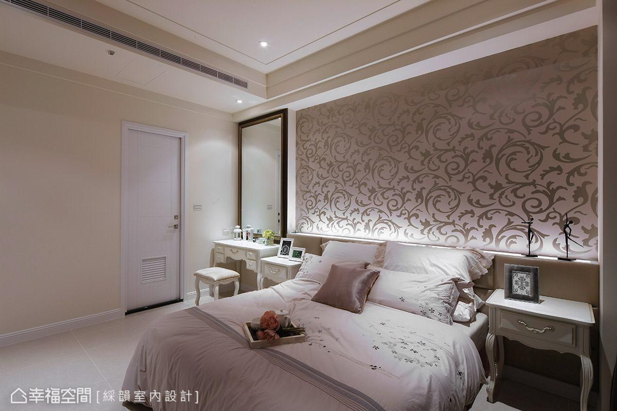 利用床頭處的朦朧光氛,烘托出溫柔可人的臥眠氛圍。