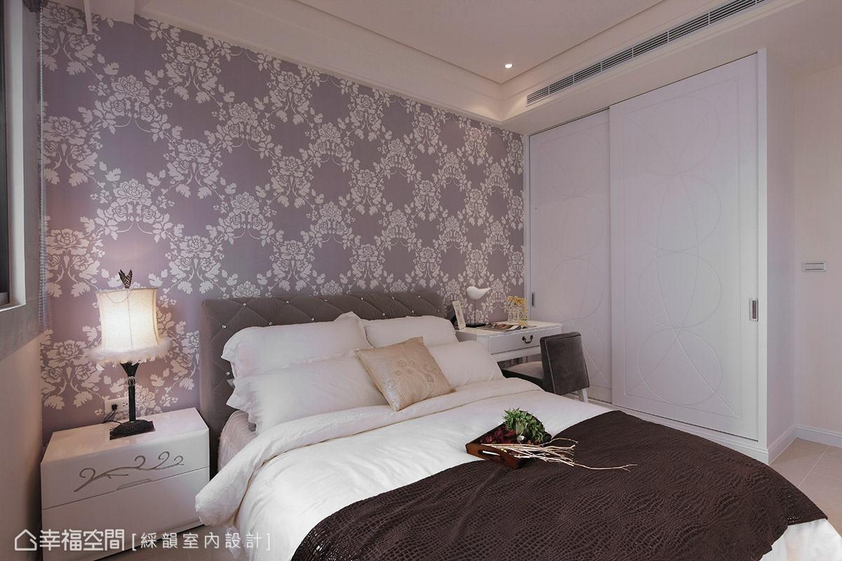整體素淨的場域基調,僅以紫色圖騰壁紙作為床頭背牆的點綴,簡單塑造臥室的主題性。
