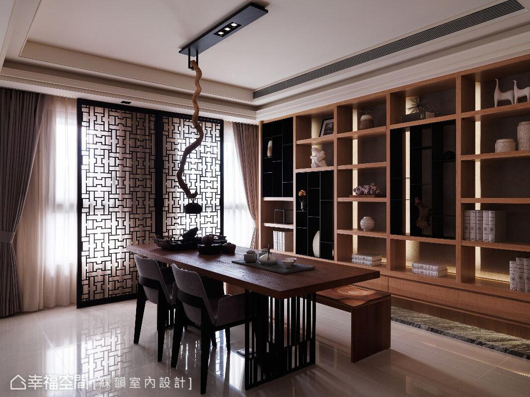 櫃體與桌子皆以實木搭配黑鐵,呈現自然的現代人文意境;不同造型的布椅與實木椅配置,則增添空間變化性。