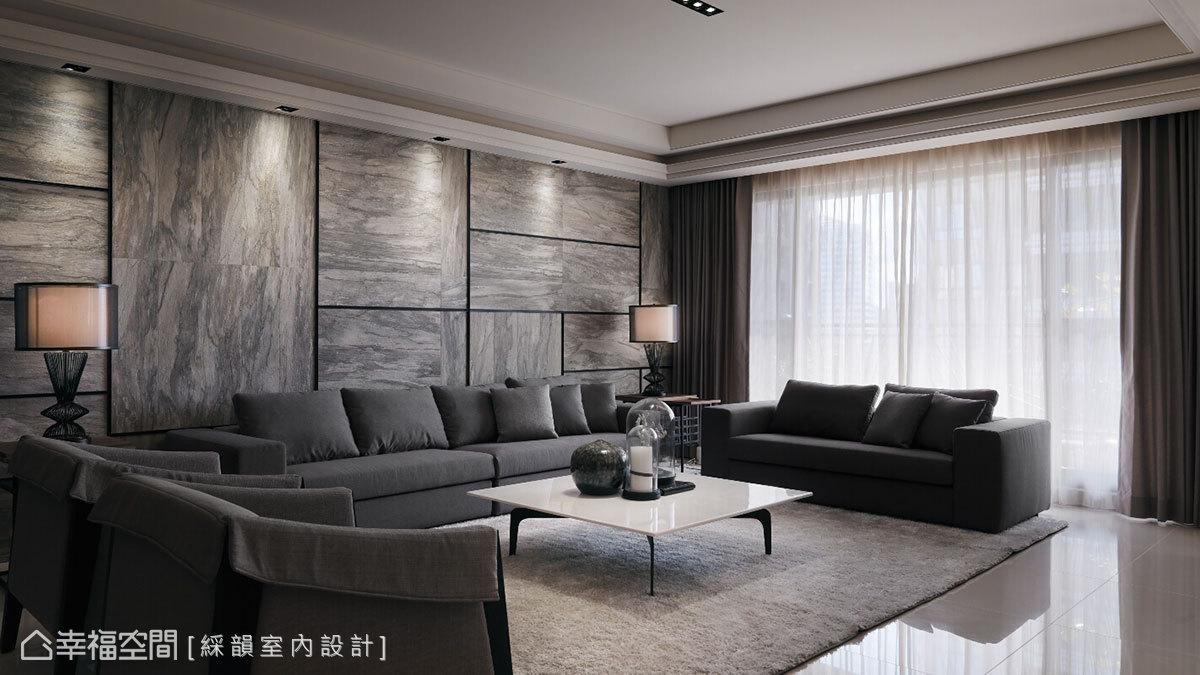 透過沙發與單椅的不制式配置,增加使用彈性,並選用具現代感的桌几,點綴沉穩中的俐落表現。