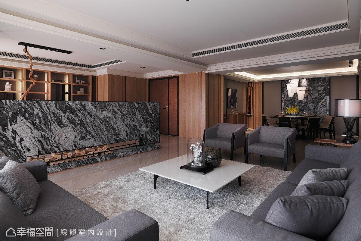 電視牆以潑墨水沖面大理石為主材質,並框以黑色鐵件提升質感,半高的設計方式則讓客廳與品茗區的空間感無限延伸,達到開放穿透之效。