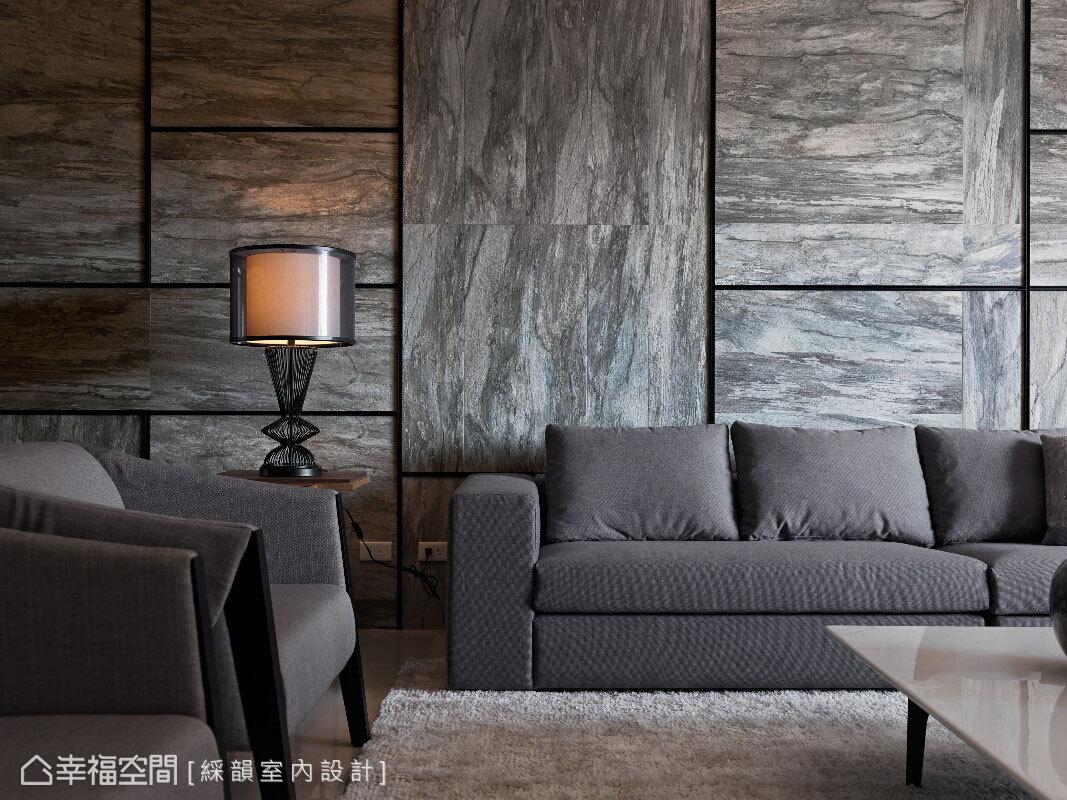 沙發背牆以粗細不一的鐵件勾邊,分割樹皮磚創造錯落不規則的線面律動感。