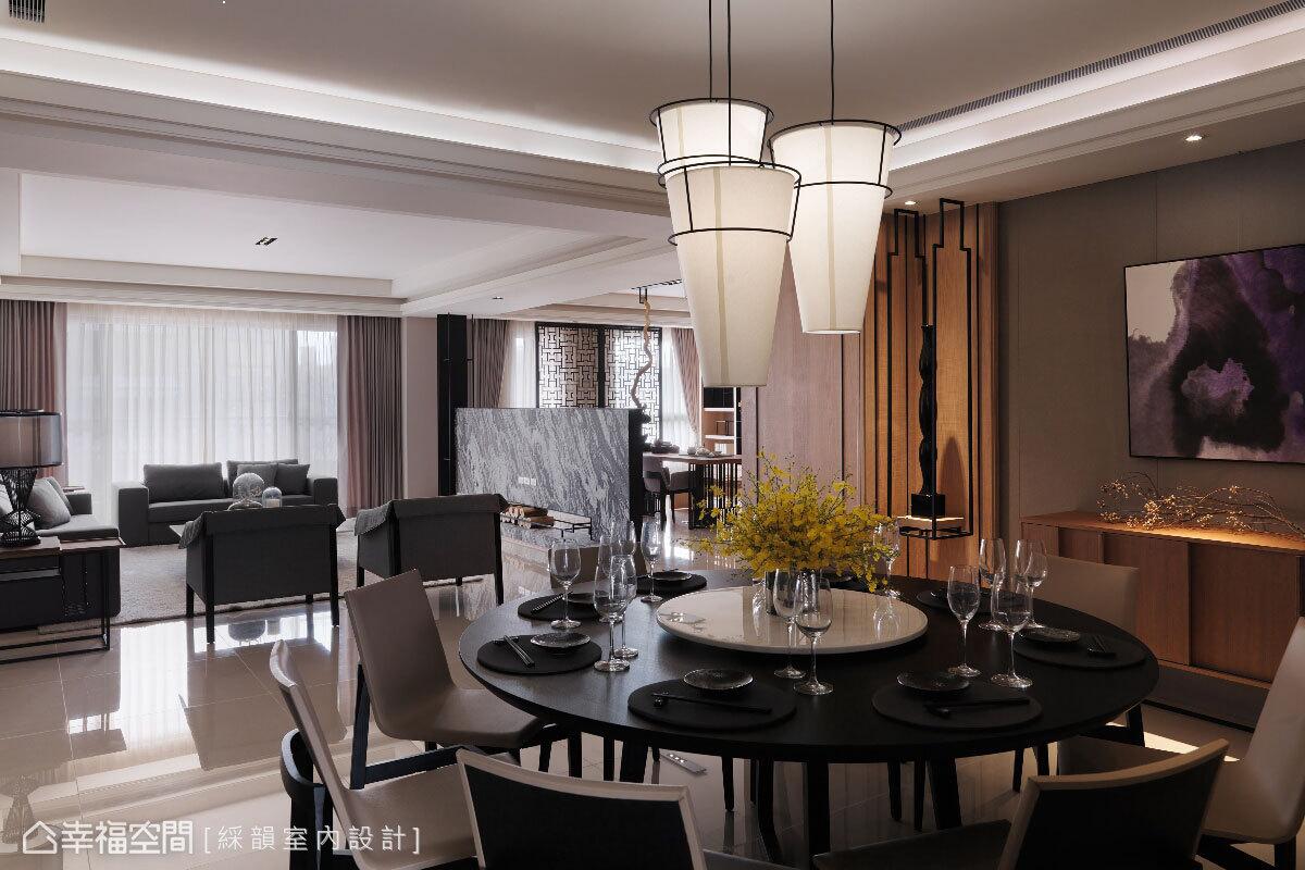 燈具利用白色布面圓錐體,搭上環狀鐵件,在黑白色的映襯下,成為具人文氣質的空間焦點。