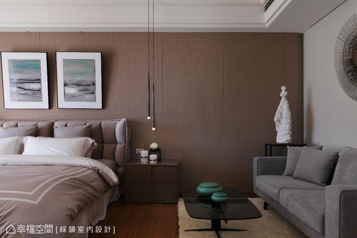 主臥房以大地色系為基調,透過床頭背牆的柔和壁布質感,烘托舒適的臥眠氛圍。