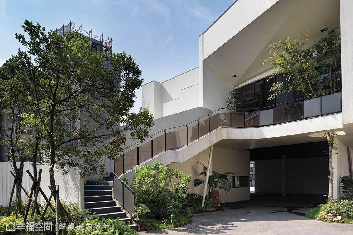 為了不影響一樓洗車場的營業,綵韻室內設計架高建案基地,並規劃梯線導引至樓上的接待中心。