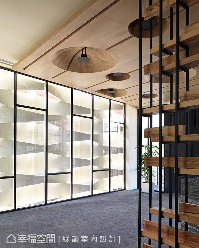 室內以鐵件線條的穿插、交錯,勾勒俐落的空間架構。