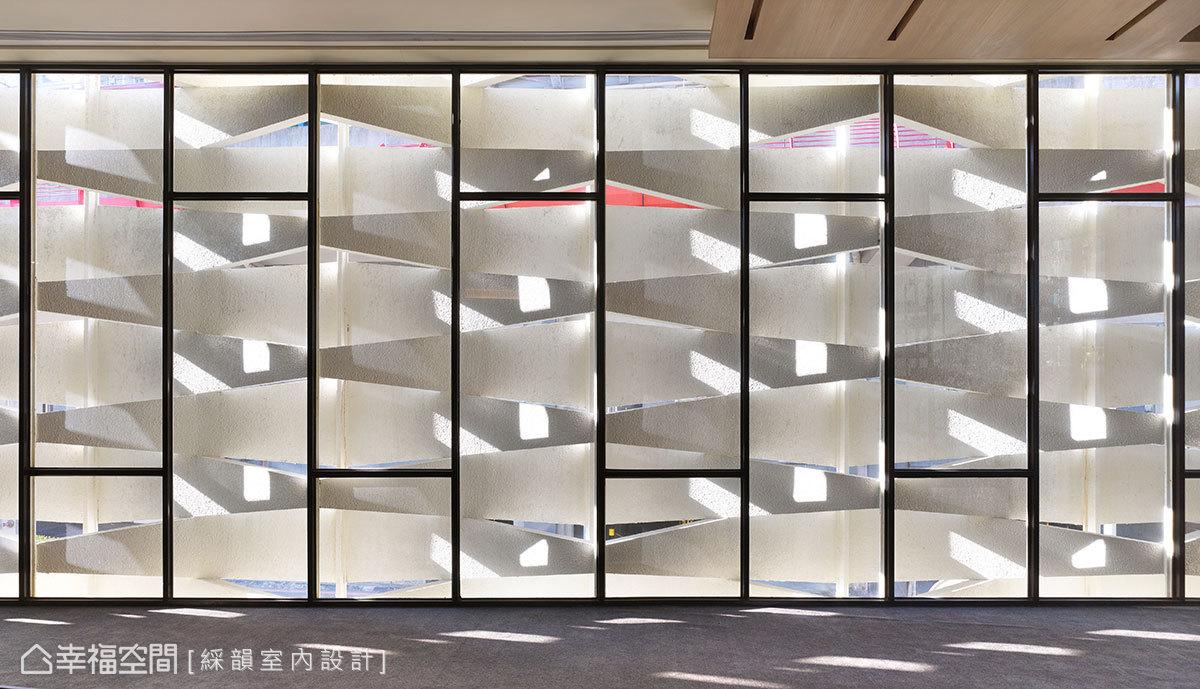 由上而下的大角度切割手法,形塑天光入內的孔徑,產生室內光影的趣味變化。
