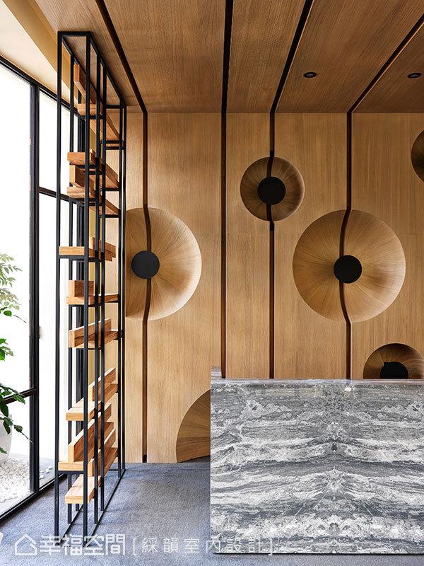 內部大量運用木質、石材等天然元素,呼應取法自然的建築理念。