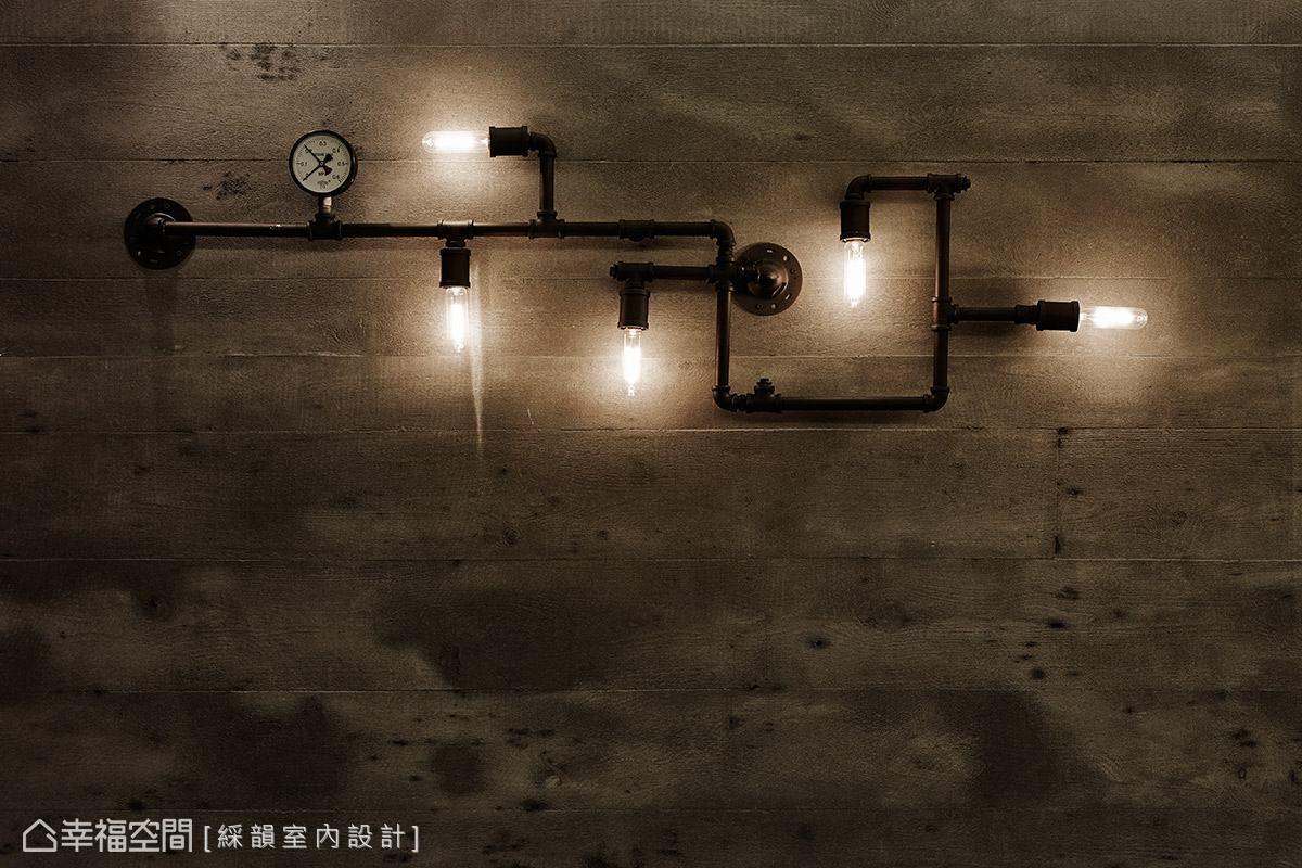 壁面以水管造型燈具點綴,再次呼應金屬搖滾的視覺元素。