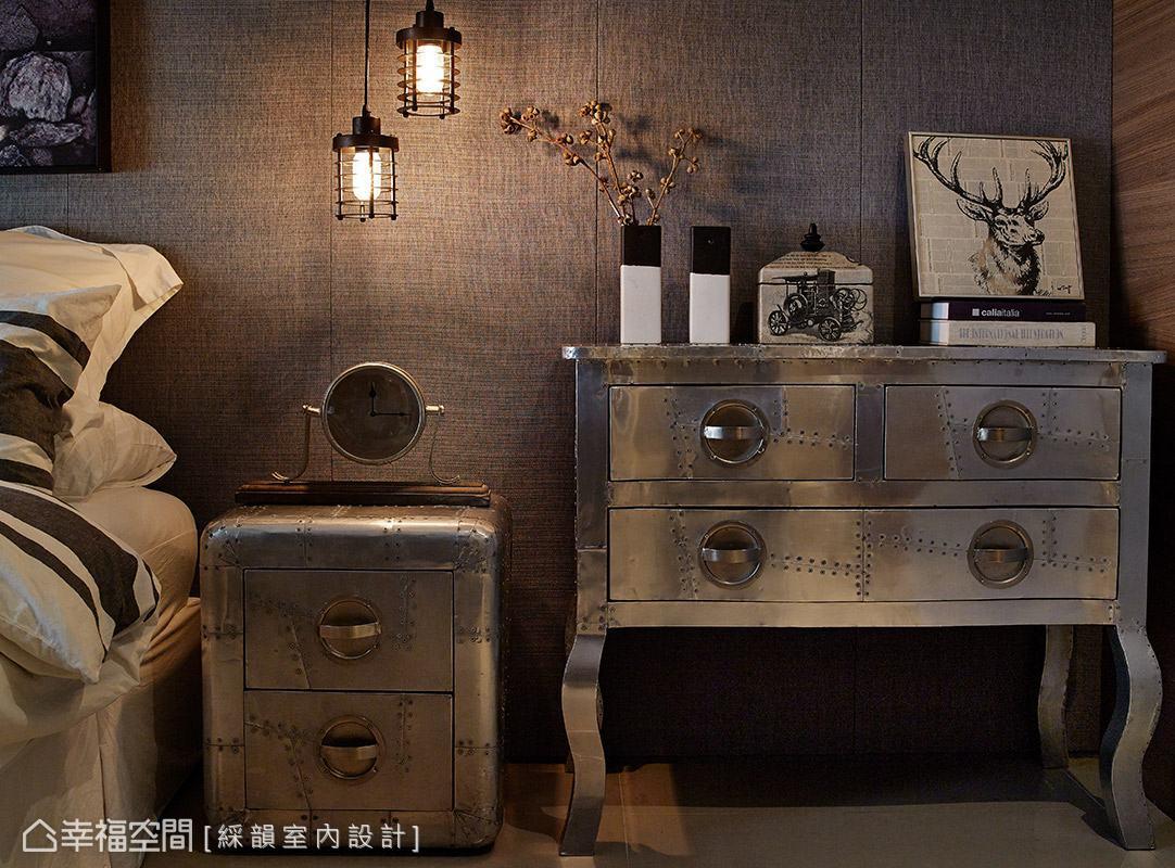 特別選搭金屬質感家具,其獨特的老舊外觀,替空間挹注豐富表情。