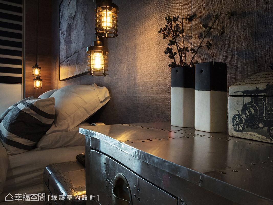 床頭兩側選用鐵件造型吊燈做裝飾,昏黃的燈光帶來溫暖、放鬆的休憩氛圍。