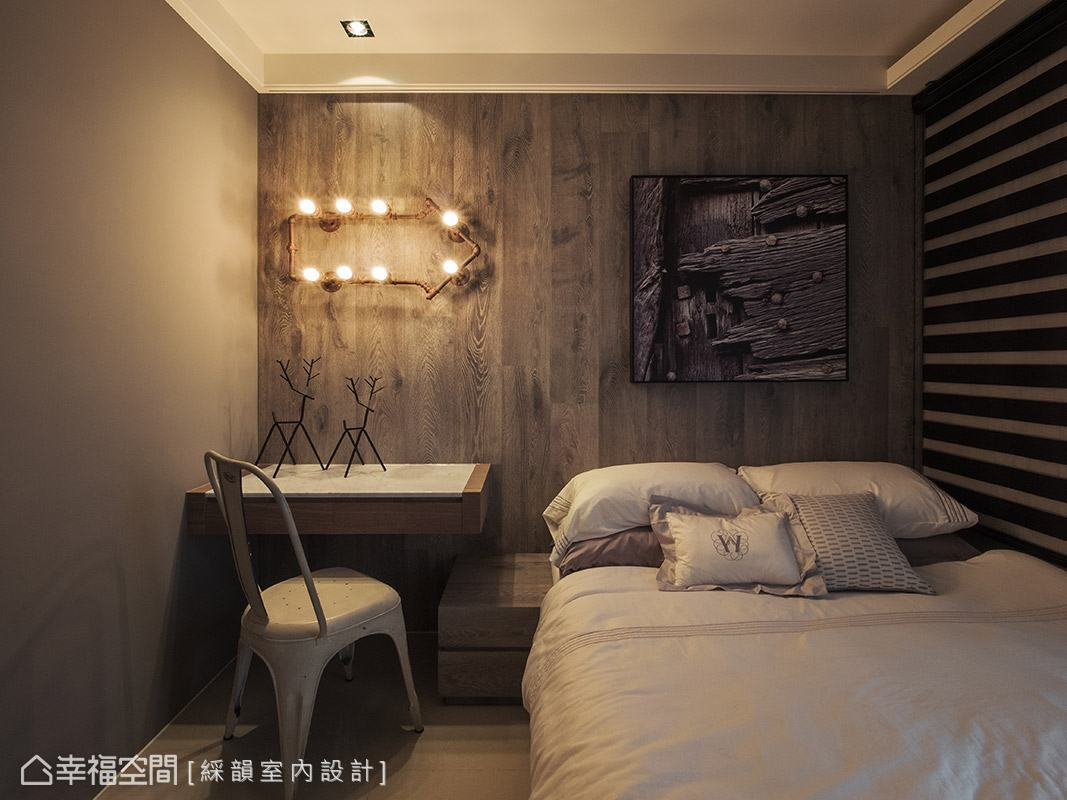 溫潤的木質壁面妝點上造型燈具與藝術畫作,立即為場域帶入趣味表情變化。
