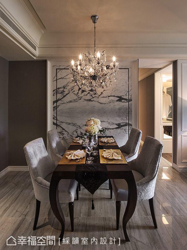 選用帶有特殊紋路的大理石材作為餐廳主牆,搭配耀眼奪目的水晶吊燈,營造奢華大器的新古典氛圍。