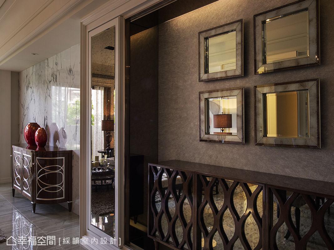 以畫框概念設置的端景牆面,搭配多種鏡面設計網羅室內景象,形塑景中景的視覺感受。