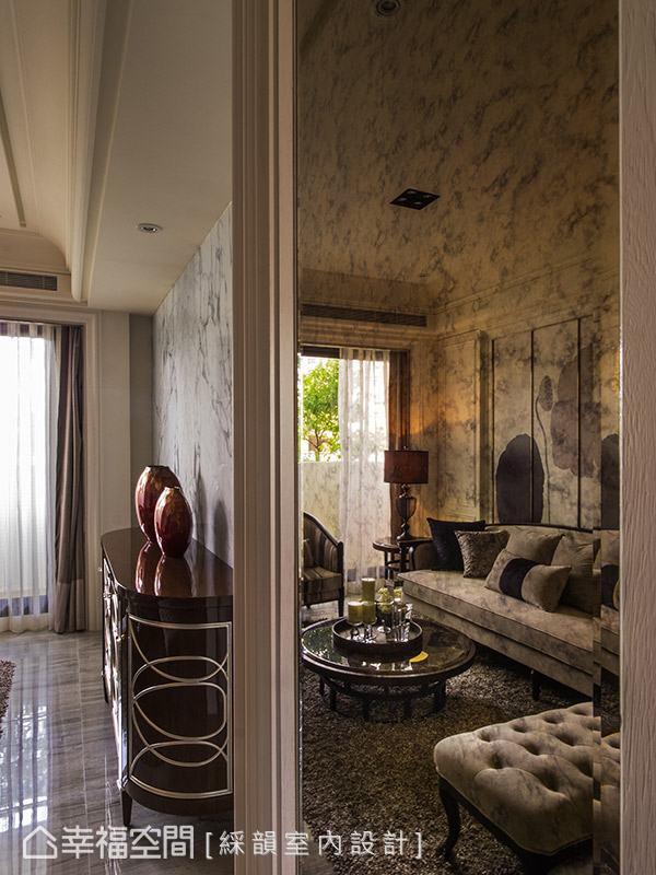 斑駁的鏽鏡材質透過反射作用,替空間披上復古懷舊的面貌,帶來一抹神祕的藝術氣息。