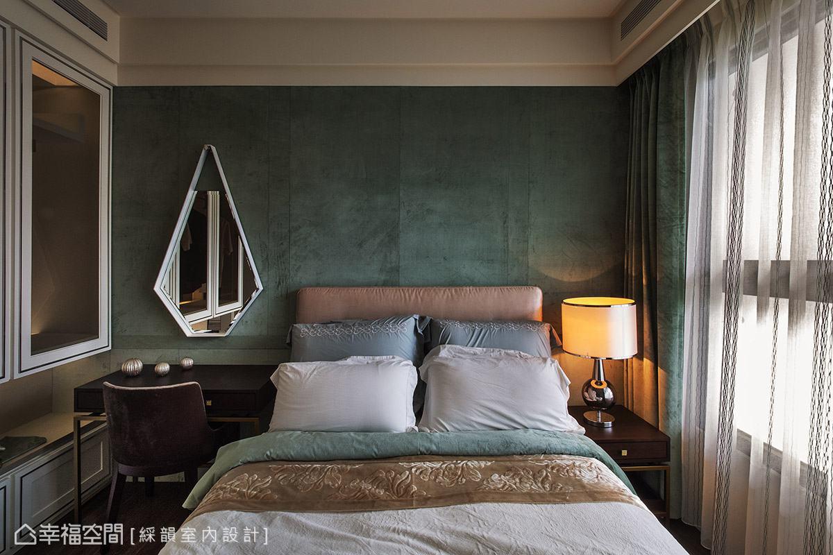床頭選用Tiffany藍的絨布鋪陳出優雅氣質,左側衣櫃以透明玻璃門片,創造空間放大效果與層次感。