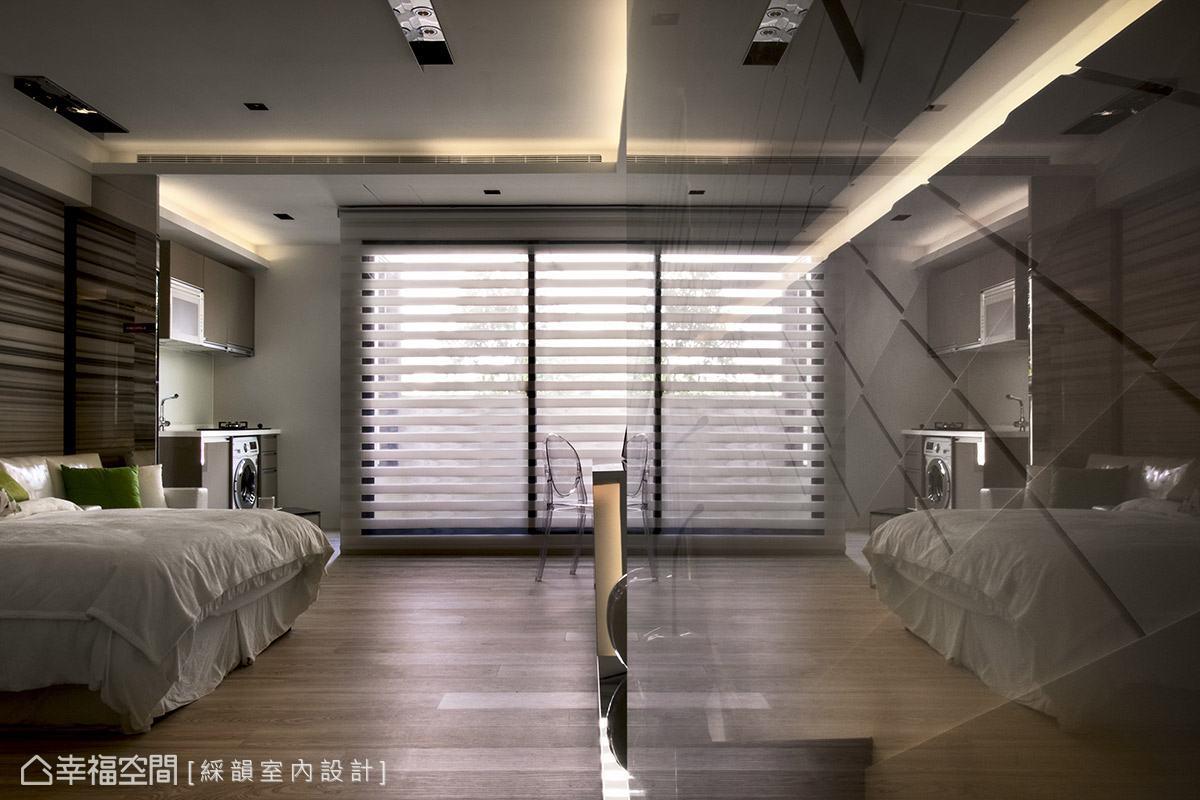 綵韻室內設計在入口處設置一道玻璃屏風,並加設軌道設計,可隨心所欲地變換位置。