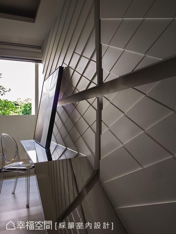 電視牆以烤漆玻璃結合俐落線條,創造豐富的視覺層次。