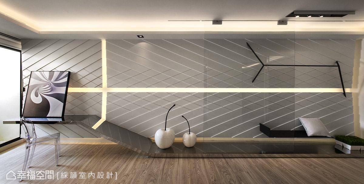 牆面大幅度橫跨空間向度,加上豐富的線條設計,帶動強烈的視覺張力,讓空間有放大效果。