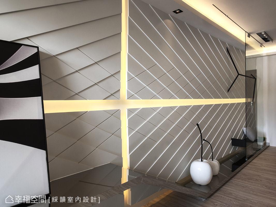 於壁面及天花嵌入間接照明,讓空間視覺更顯輕盈、柔和。
