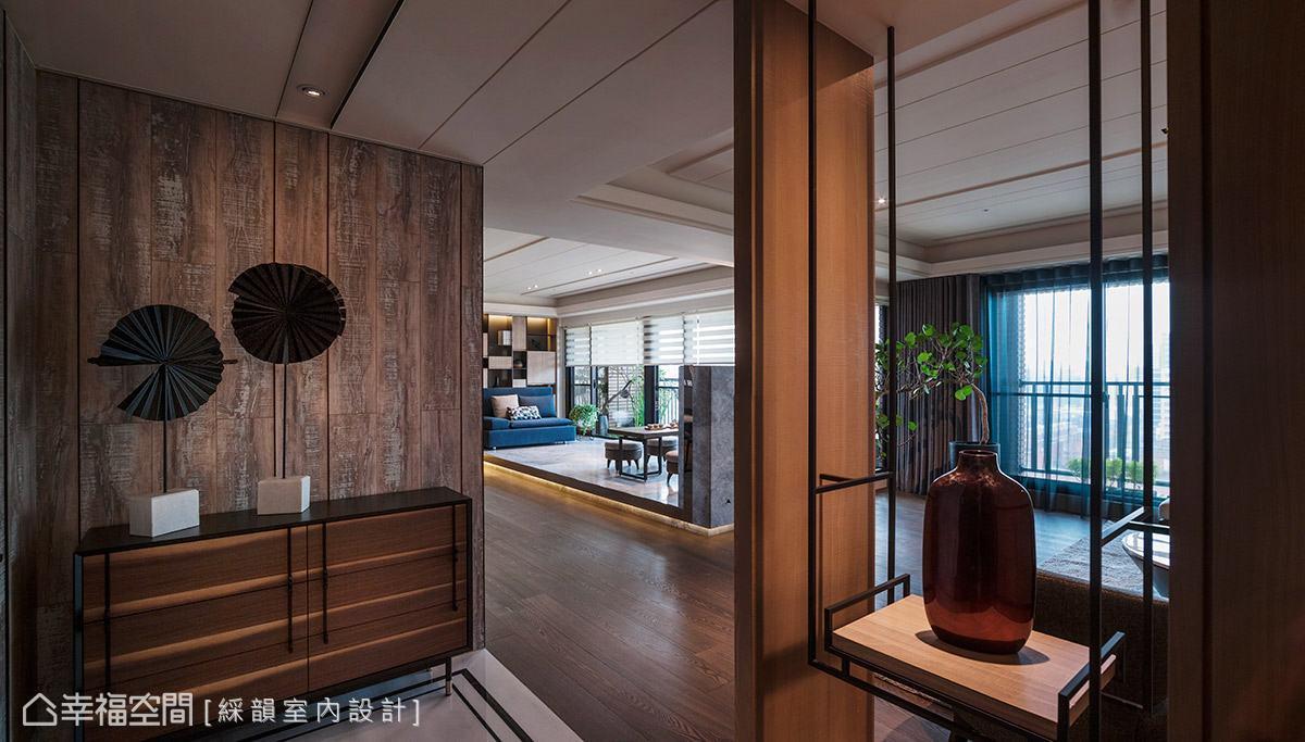 選用舊木材質鋪陳壁面,矮櫃上簡單擺放藝術品即可創造出醒目的迎賓端景。右側則以懸空展示架打造隔屏意象,悄悄界定出內外場域。