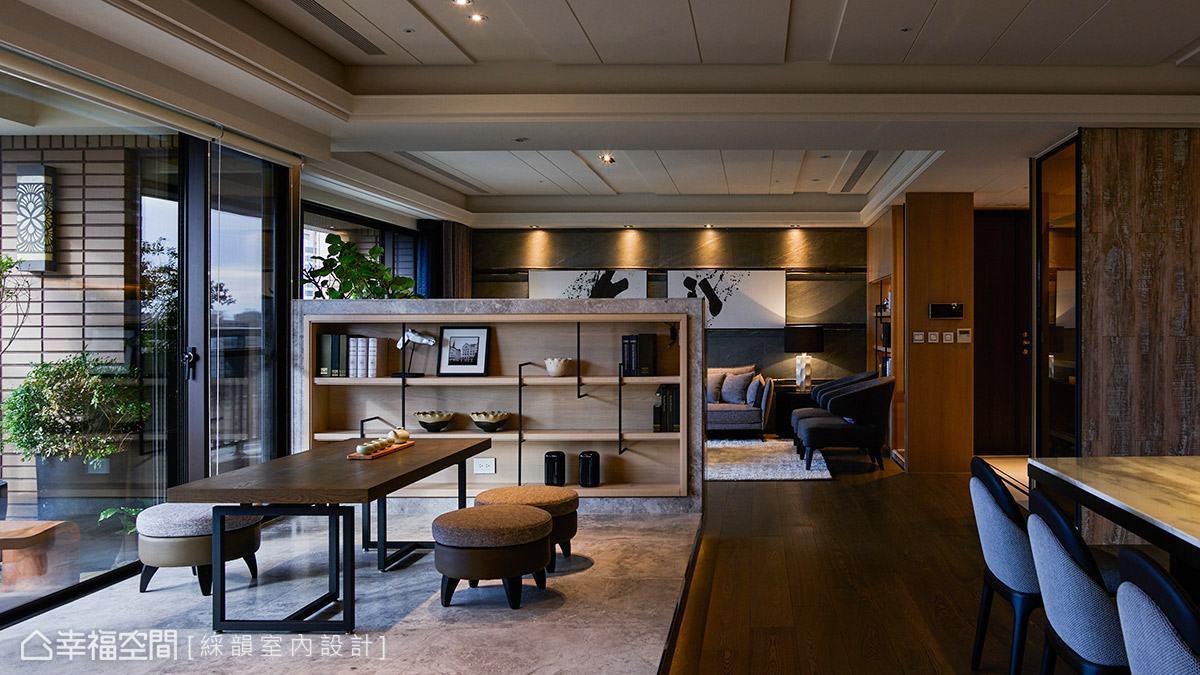 綵韻室內設計利用半高石材電視牆界定場域,並向下延伸至架高地坪,創造出舒適悠閒的泡茶區。
