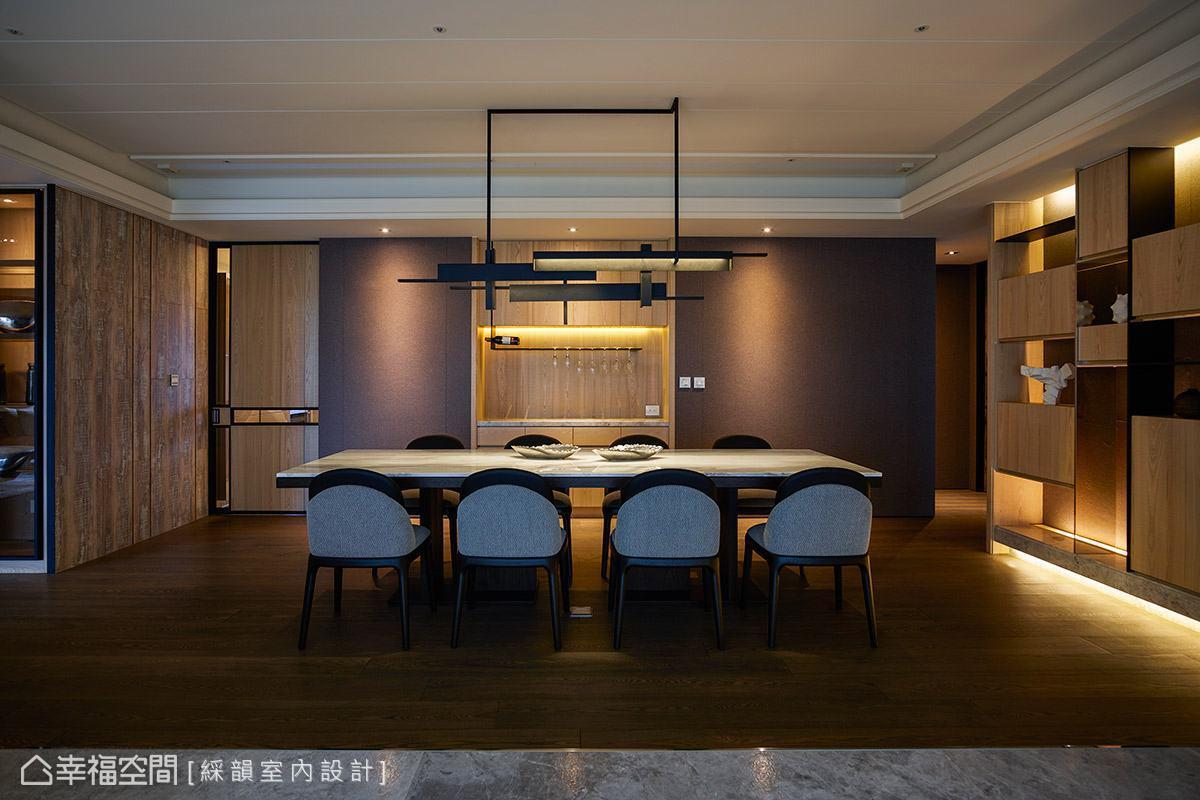 溫潤木質調性成為餐廳區域的背景色,搭配柔和昏黃的燈光,營造出自然溫馨的用餐情境。