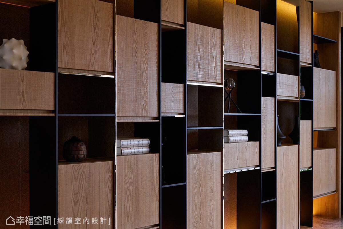 以木皮、鐵件與金屬飾條打造出一整面展示書櫃,不規則錯落的造型,帶來活潑趣味的視覺感受。