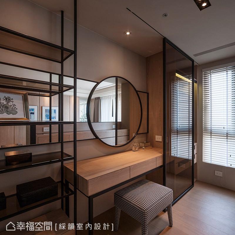 床頭牆後方即為梳妝區,同樣延續木皮與鐵件元素,勾勒現代人文的氣息。