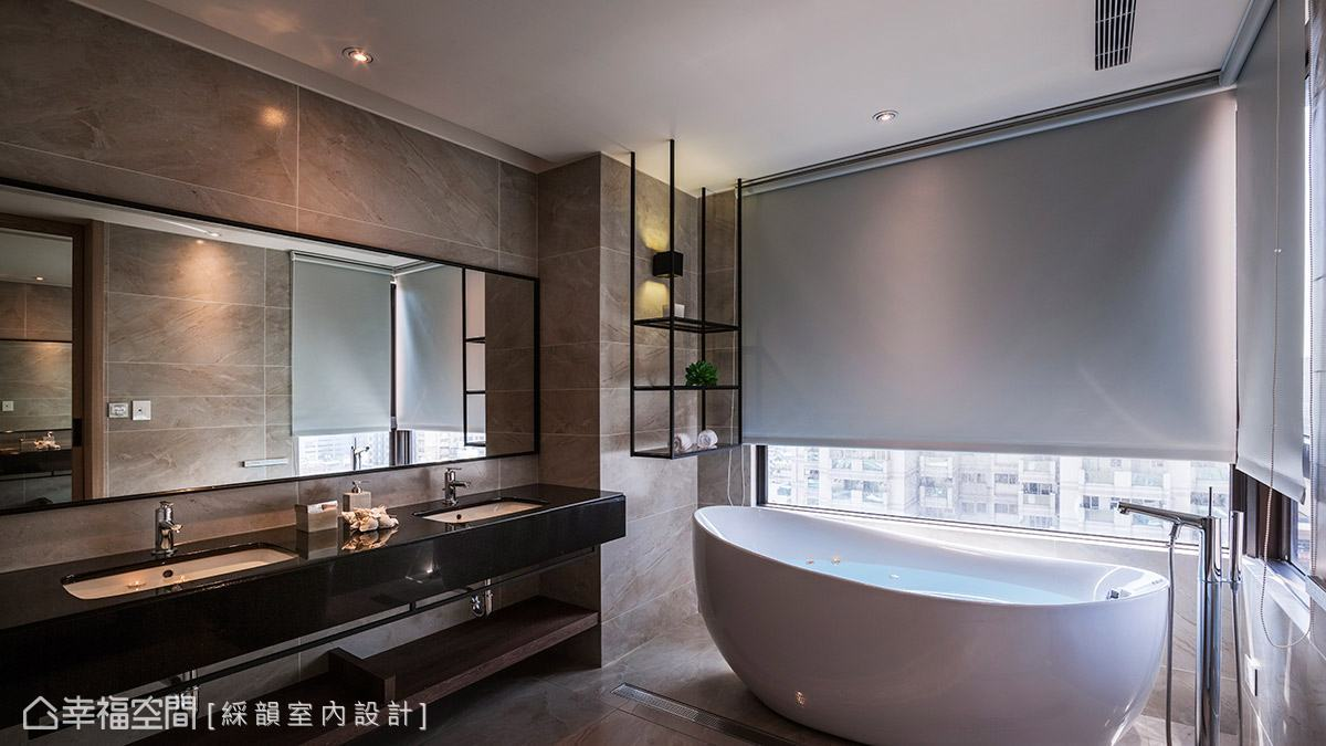窗外擁有絕佳的視野,於窗邊設置蛋型浴缸,營造有如五星級飯店般的頂級享受。
