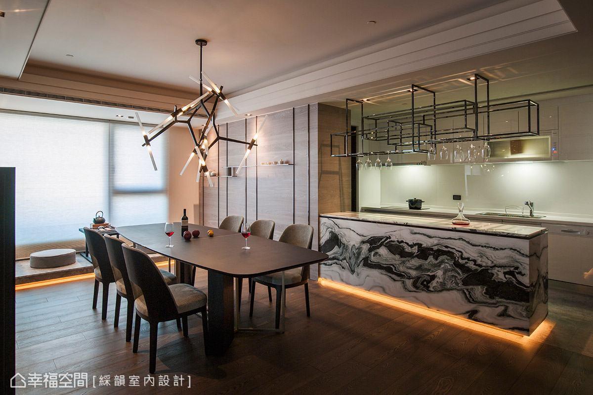 於餐廳旁打造一座中島吧檯,其鮮明的紋理有如一幅潑墨山水畫般,替場域挹注如詩如畫的唯美意境。