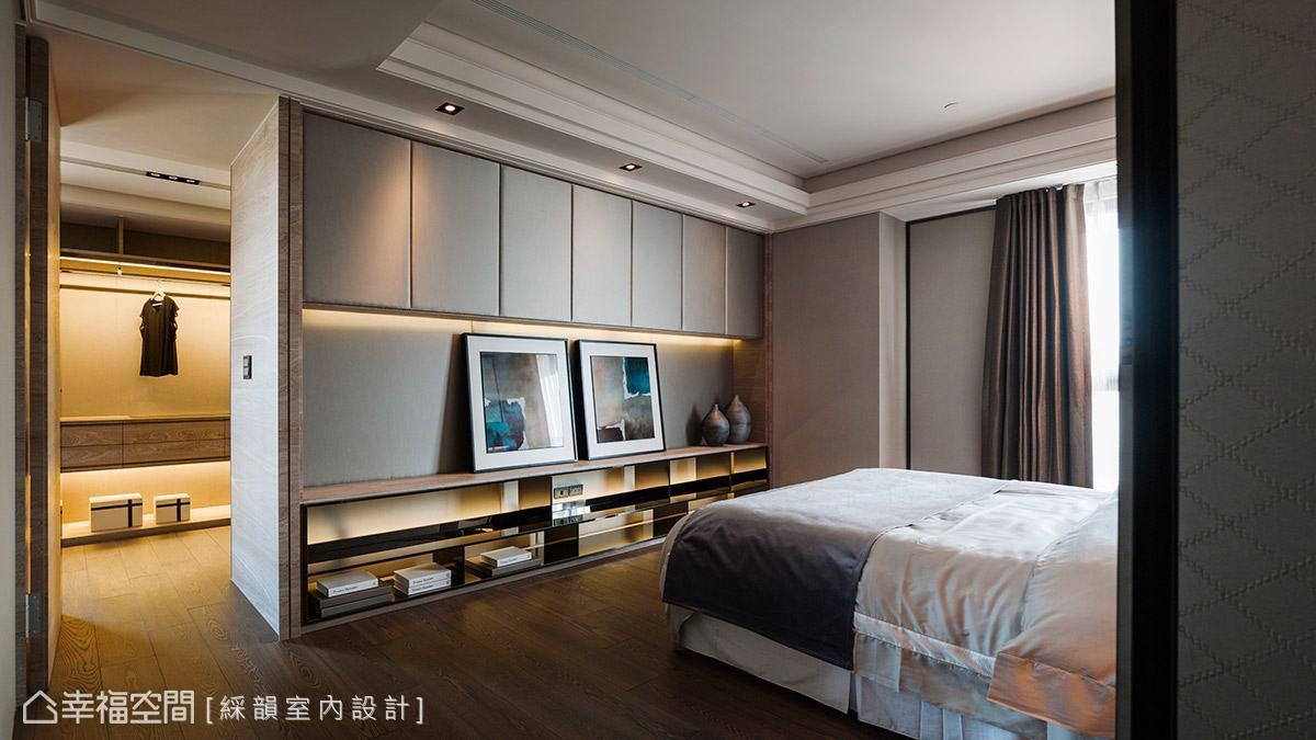 延續外部現代典雅的調性,以灰色與大地色調鋪陳主臥室,營造出舒適安定的休憩氛圍。