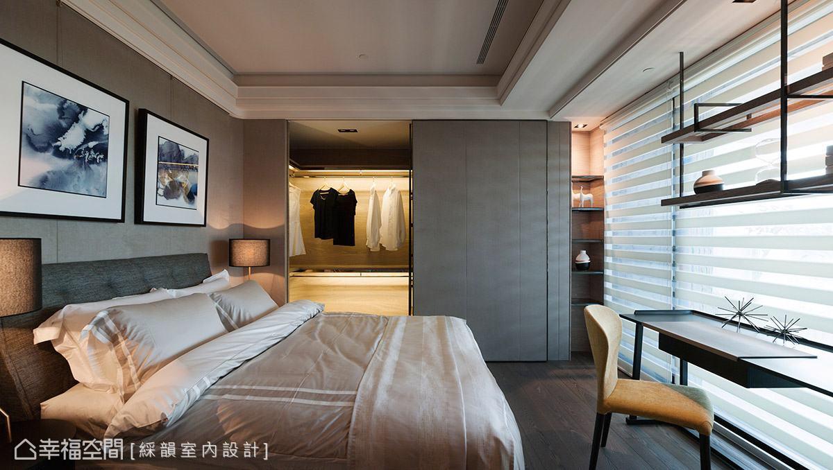 溫潤的色調賦予舒適質感,牆面造型持續延伸至更衣室外牆,串聯和諧一致的視覺美感。