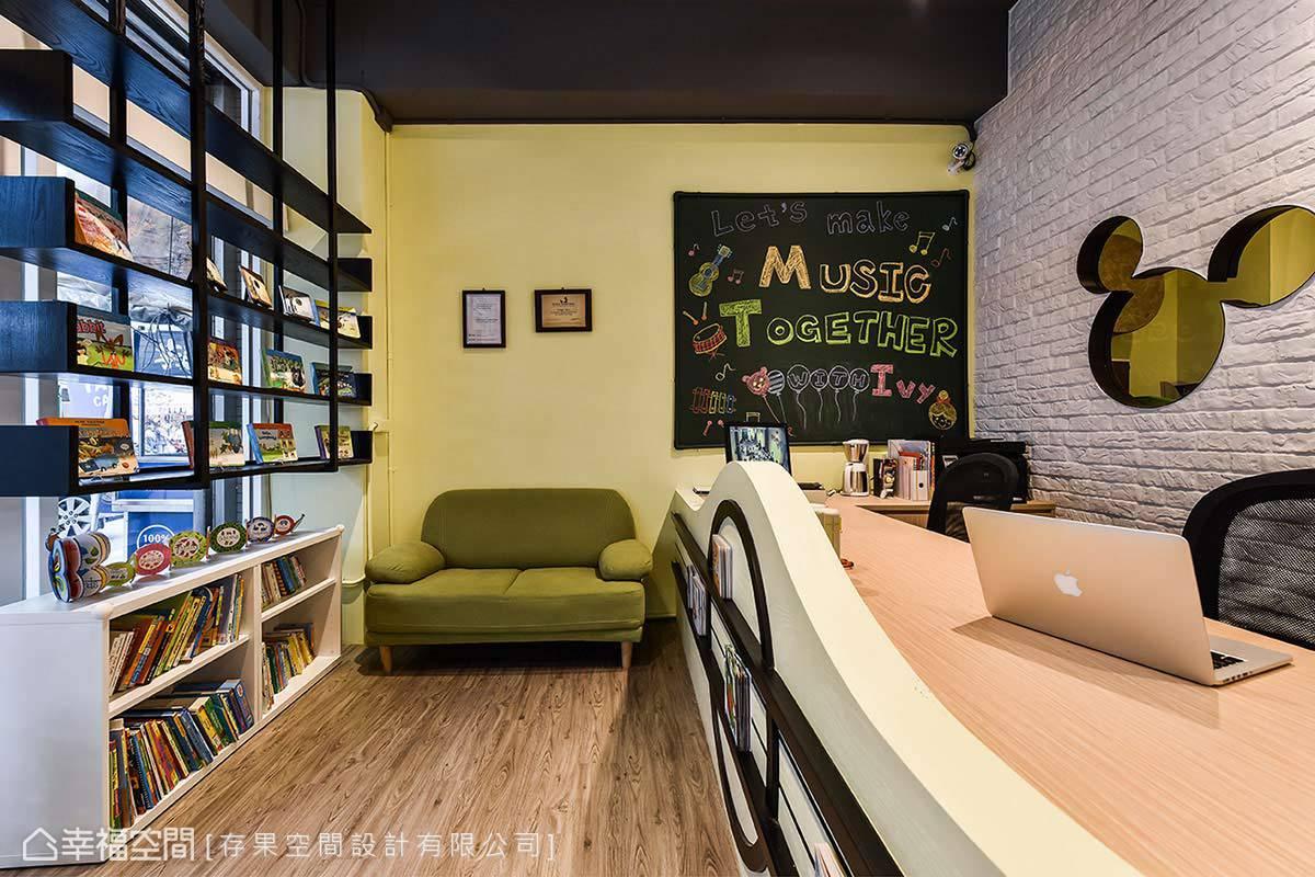 接待區放置大量書籍,讓小朋友可以邊等待邊閱讀,維持閱讀的好習慣。
