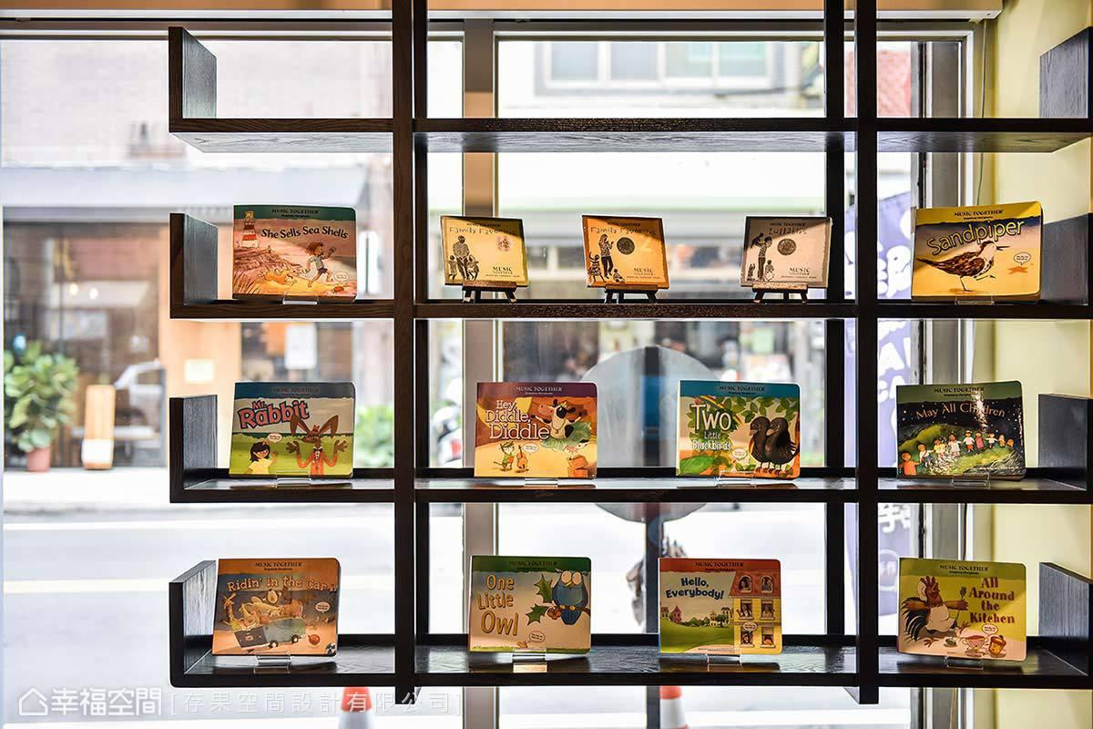 黃子綺設計師在門口規畫了一處展示架,展示適合孩童閱讀的圖書繪本。