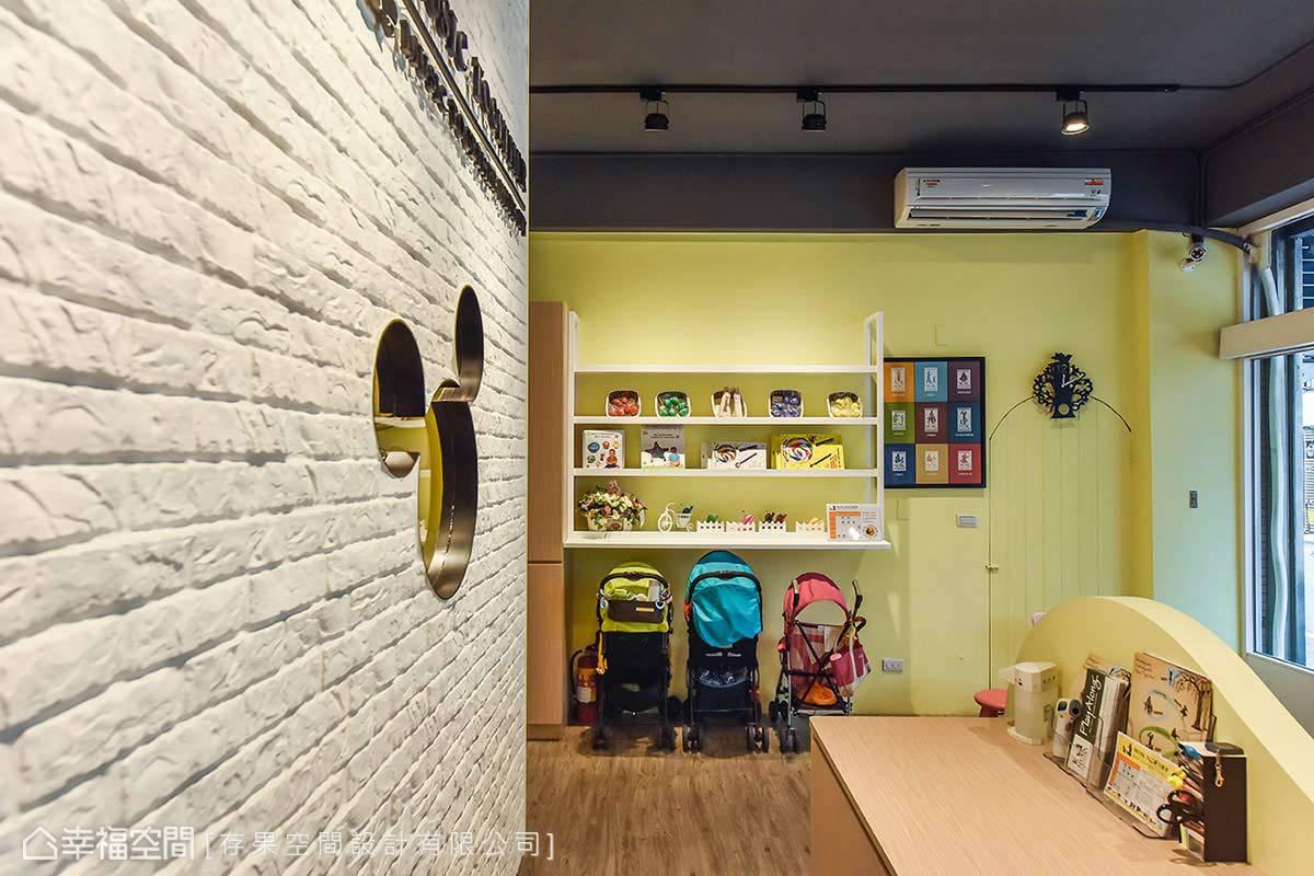 白色展示層架下,是黃子綺設計師貼心預留的空間,方便陪伴的家長放置娃娃車。