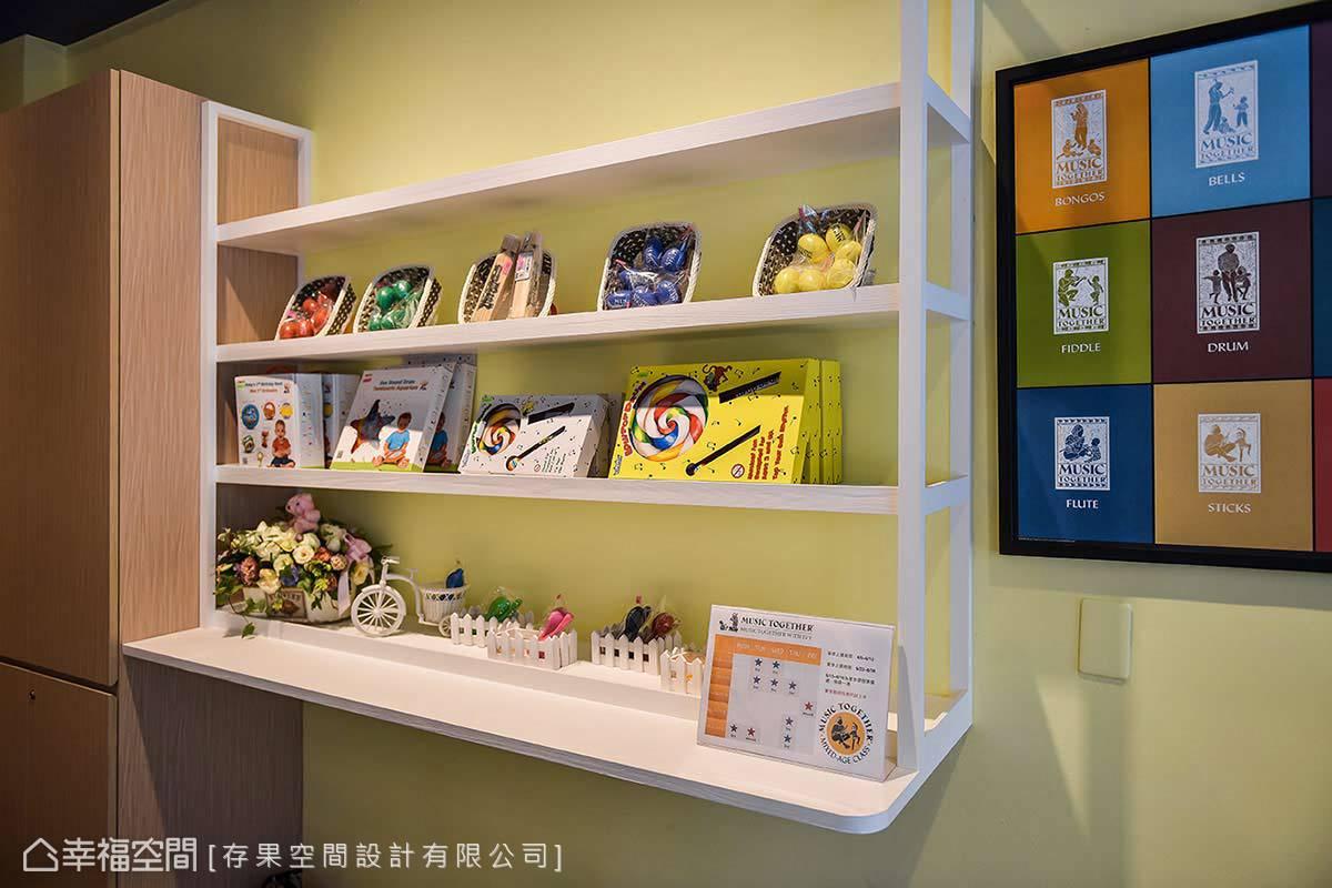 娃娃車放置處上方的展示架,陳列著各式幫助幼兒學習的商品,供陪同的家長們參考或選購。