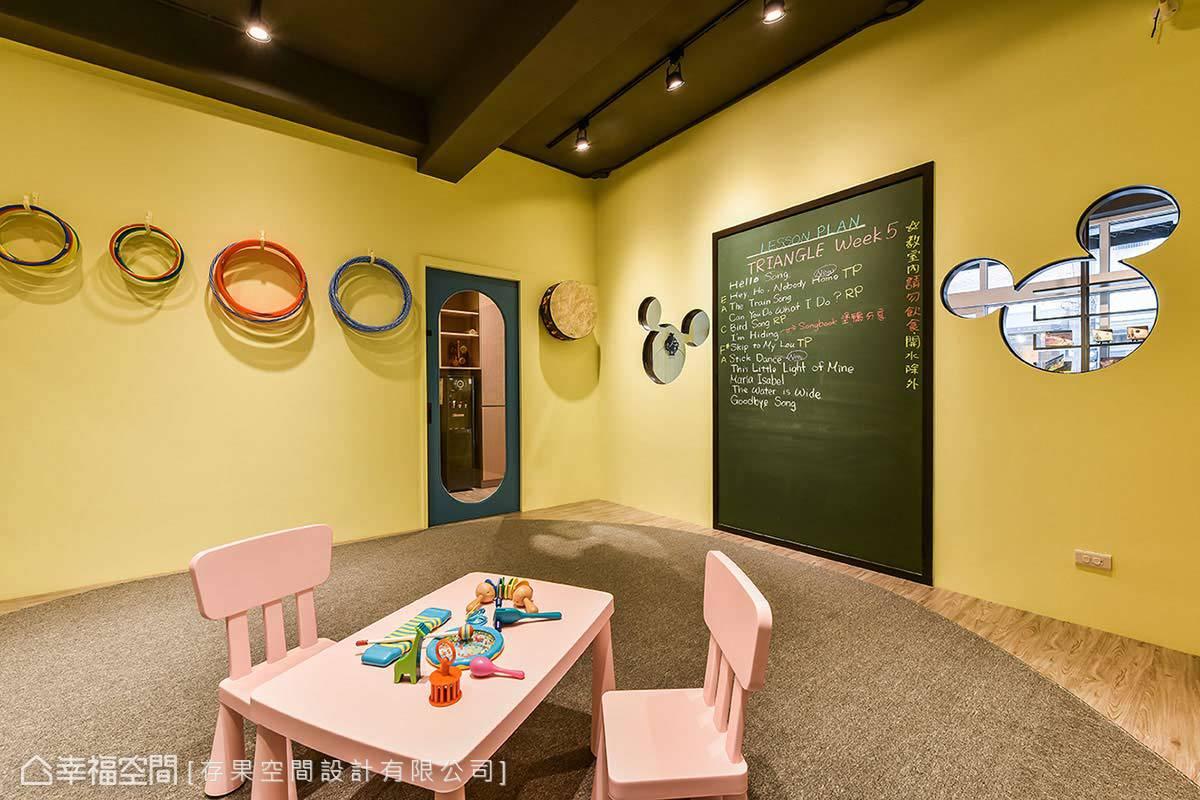 應學習需要,運用特殊的黑板漆規劃出教學區塊,並利用掛勾將教具收納於牆上,保持教室的乾淨清爽,避免學童奔跑易產生的危險。