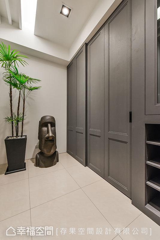 玄關入口位於一樓空間,規劃大量的收納機能,並運用古典門片做裝飾。