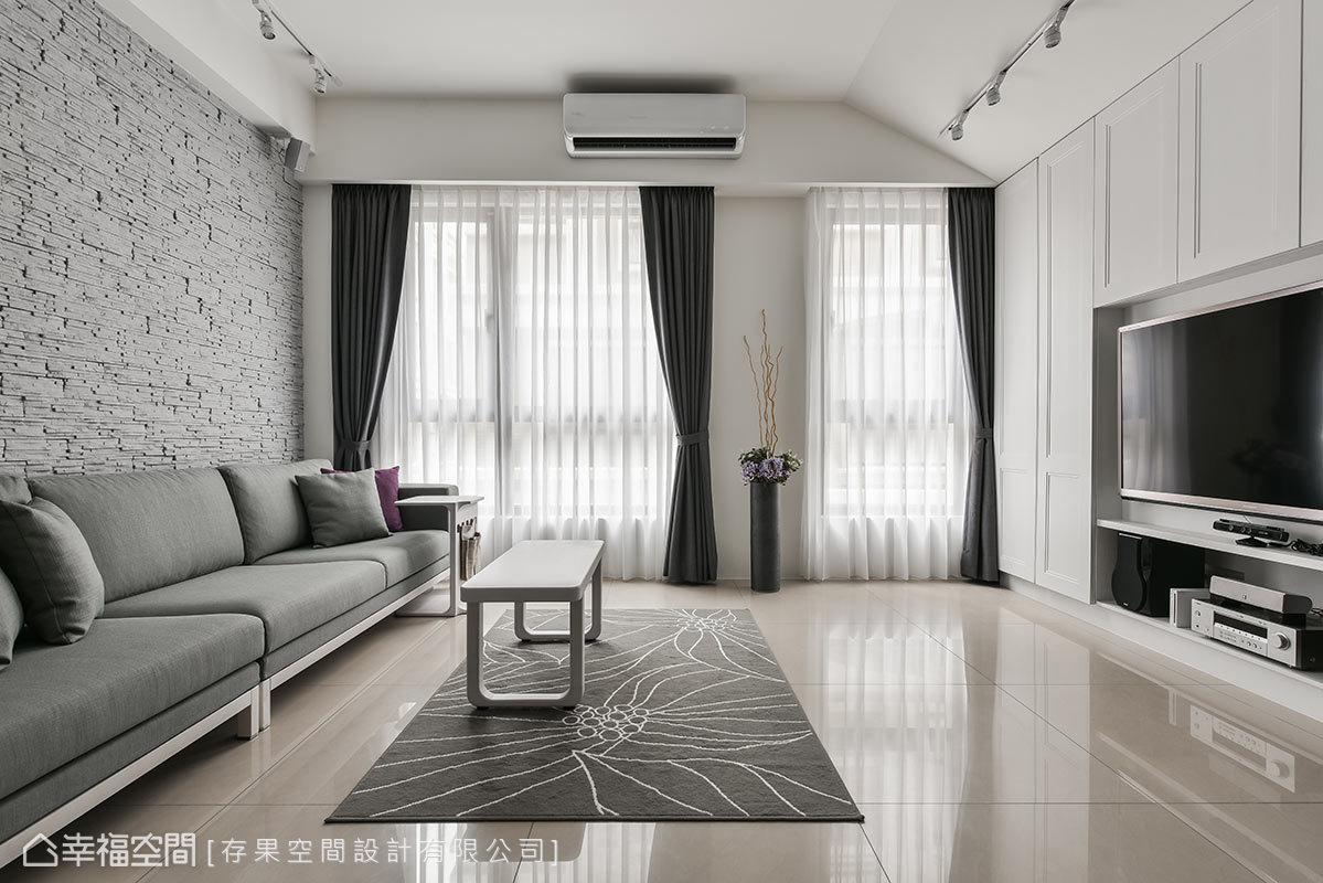 白色壁板為裝飾的電視牆,展現古典設計的優雅質韻,與粗獷的沙發背牆呈現對比的衝突。