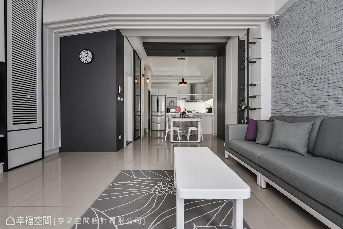 客餐廳間的天花板採用格柵設計,延伸到壁面後則轉化為線條,成為場域間的緩和過渡。