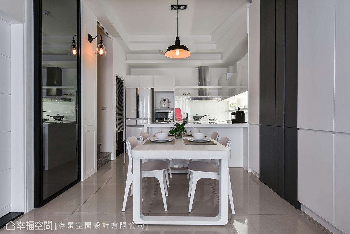 開放式設計的空間內,設置的中島界定出餐廳與廚房,卻也同時讓空間緊密結合。