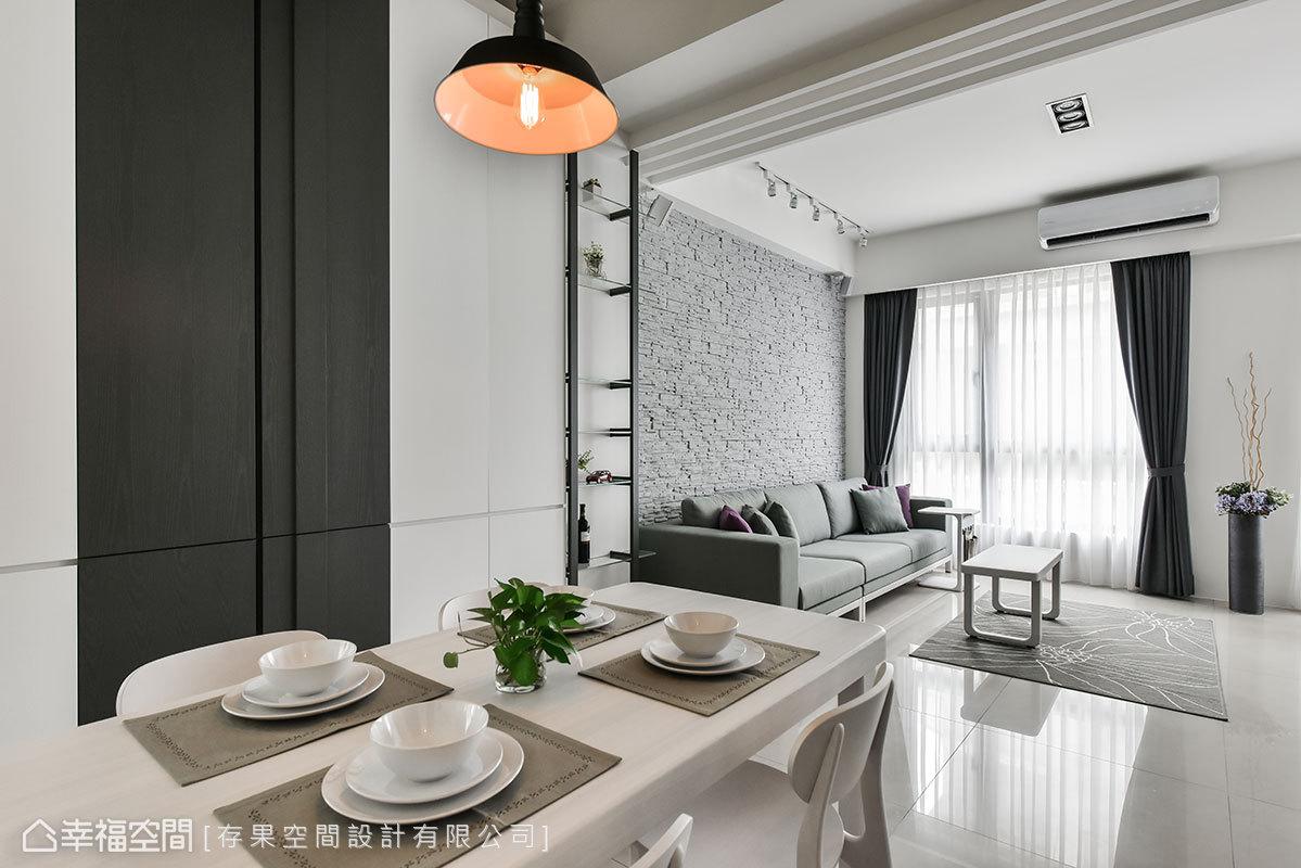 餐桌、壁面皆呈現和諧統一的色調,搭配一盞現代感吊燈,為空間帶來畫龍點睛效果。
