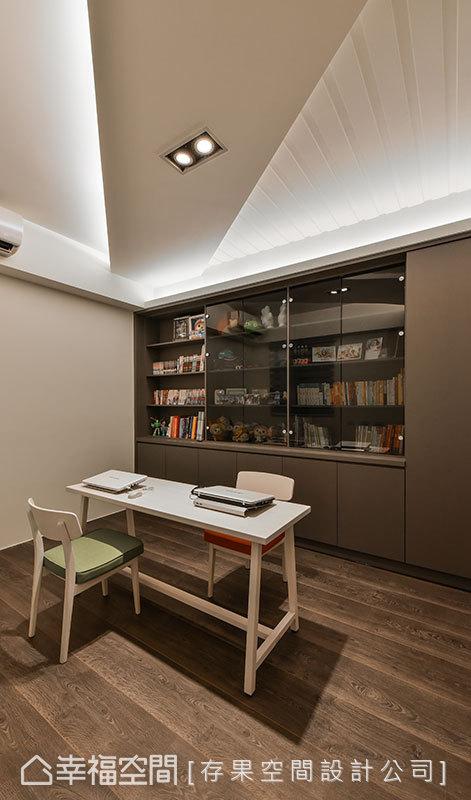 天花板的對角燈帶劃分出不同的層次,與木質地坪相對應,再次呈現和諧的對比設計。
